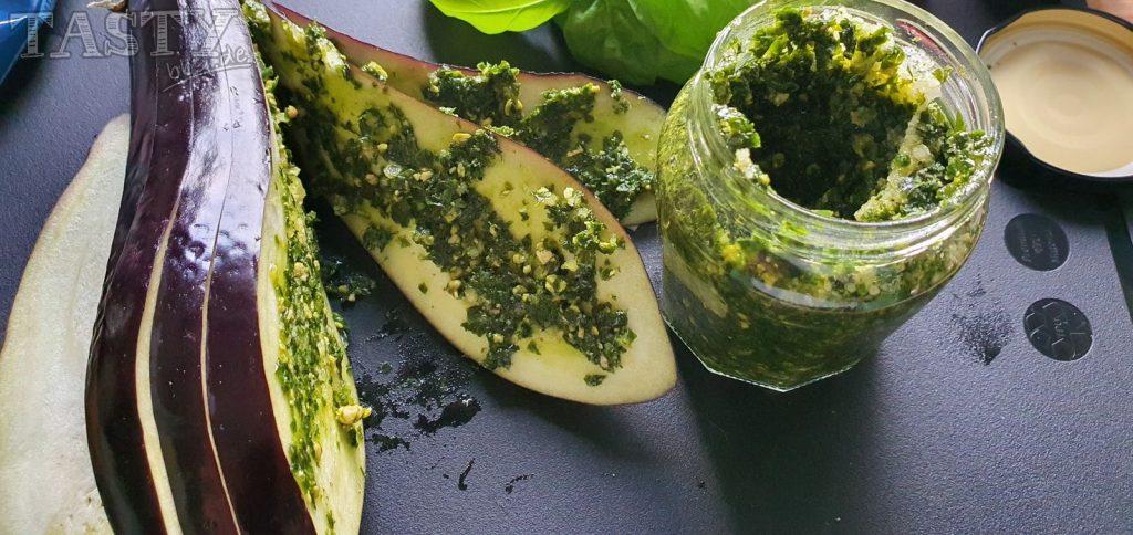 Für die Tomaze-Mozarella-Fächeraubergine die Aubergine einschneiden und die Schnittflächen mit Pesto bestreichen.
