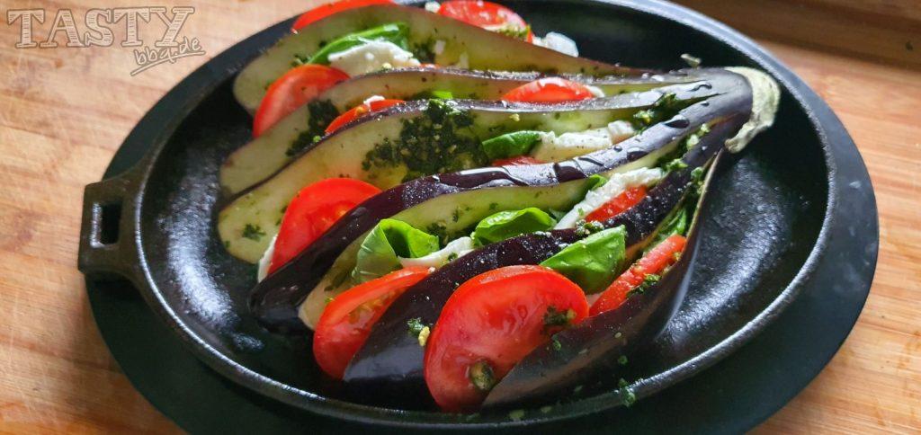 Tomate-Mozarella-Fächeraubergine fertig vorbereitet.