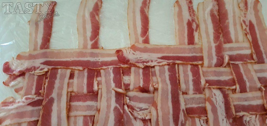 Für die Mac and Cheese Bacon Bomb wird der Bacon zu einem Netz gewoben.