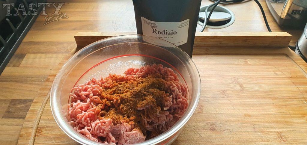 Die Hackfleischmasse für unsere Mac and Cheese Bacon Bomb wird mit unserem Rodizio-Barbecue-Rub gewürzt.
