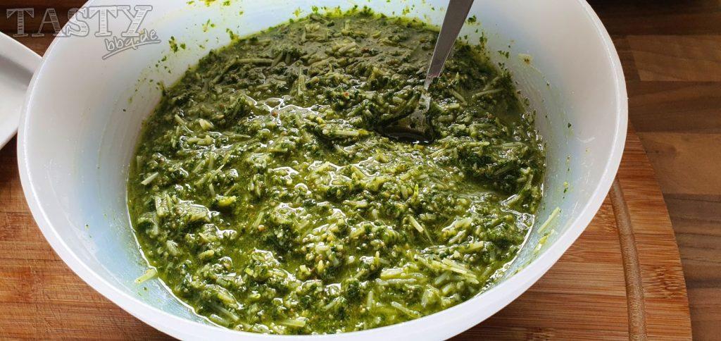 die gewünschte Konsistenz des Basilikum-Pesto ist erreicht