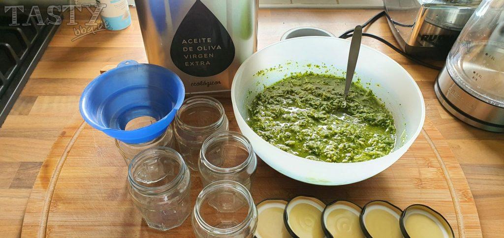 Basilikum-Pesto bereit zum Abfüllen