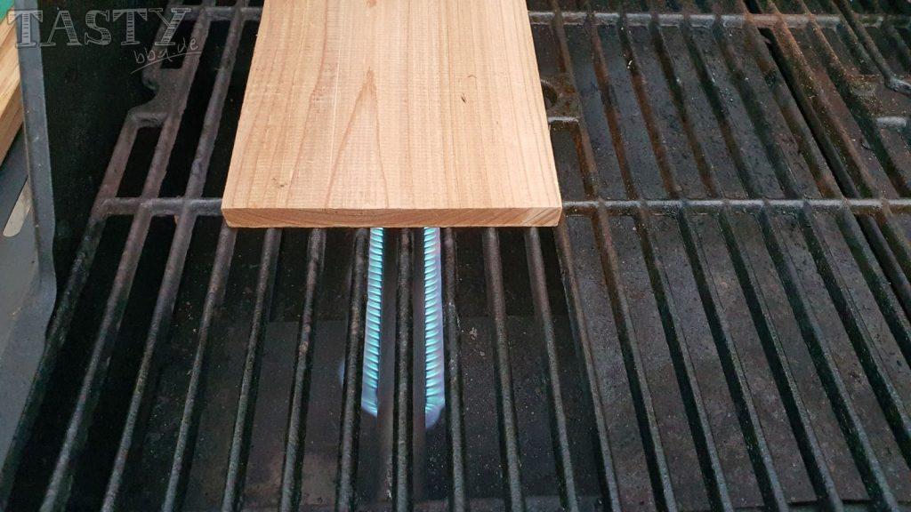 Zedernholzplanke antoasten über direkter Hitze