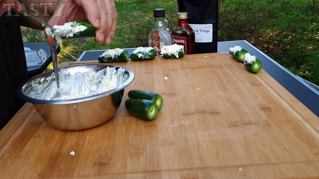 füllen der Jalapenos mit der Käsemischung